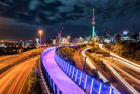 Auckland city night skyline with city center and Auckland Sky Tower, the iconic landmark of Auckland, New Zealand. Foto de archivo