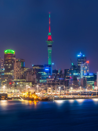 Auckland city skyline at night with city center and Auckland Sky Tower, the iconic landmark of Auckland, New Zealand. Imagens