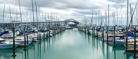オークランド、ニュージーランドのオークランドハーバーブリッジは、長時間露光を使用して Westhaven マリーナから撮影しました。この橋は、北海岸