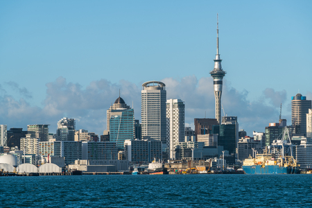 Auckland city skyline at city center and Auckland Sky Tower, the iconic landmark of Auckland, New Zealand. Foto de archivo