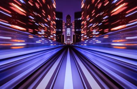 Motion blur trein verhuizen in de stad trein tunnel. Beweging vervagen achtergrond abstract.