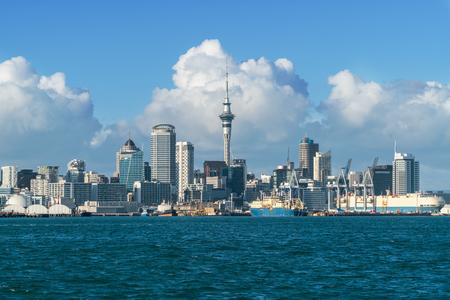 De stadshorizon van Auckland op stadscentrum en de Hemeltoren van Auckland, het iconische oriëntatiepunt van Auckland, Nieuw Zeeland. Stockfoto