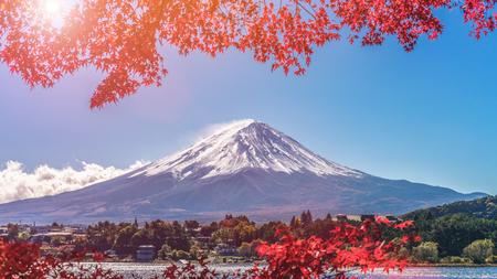Autunno colorato sul Monte Fuji, Giappone - Il lago Kawaguchiko è uno dei posti migliori in Giappone per godersi il paesaggio del Monte Fuji delle foglie d'acero che cambiano colore dando l'immagine di quelle foglie che incorniciano il Monte Fuji. Archivio Fotografico - 86755080