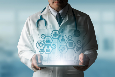 Concept de science médicale - médecin dans le laboratoire de l'hôpital avec des icônes de recherche médicale dans l'interface moderne montrant le symbole de l'innovation de la médecine, le traitement médical, la découverte et l'analyse doctorale. Banque d'images