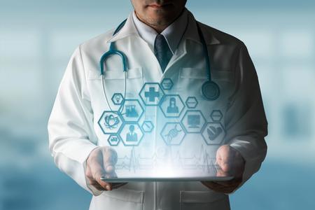 Concepto de la ciencia médica - Doctor en laboratorio del hospital con los iconos de la investigación médica en la interfaz moderna que muestra el símbolo de la innovación de la medicina, del tratamiento médico, del descubrimiento y del análisis doctoral. Foto de archivo