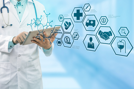 Krankenversicherungskonzept - Behandeln Sie im Krankenhaus mit der Krankenversicherung bezogenen Ikonen in der modernen grafischen Schnittstelle, die Symbol der Gesundheitsperson, der Geldeinsparung, der medizinischen Behandlung und der Vorteile zeigt.