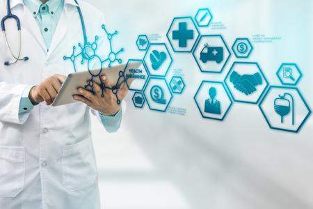 Ziektekostenverzekeringconcept - Arts in het ziekenhuis met ziekteverzekering verwante pictogrammen in moderne grafische interface die symbool van gezondheidszorgpersoon, geldbesparing, medische behandeling en voordelen tonen. Stockfoto
