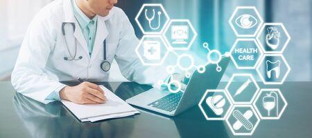 Concept médical - médecin travaillant à l'hôpital avec des documents d'ordinateur et d'écriture illustrée avec des icônes médicales surgissent de la part des médecins sur les affaires de pharmacie de soins de santé et l'éducation doctorale. Banque d'images - 93325769