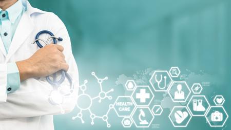 Concepto médico de la atención sanitaria - Doctor en hospital con la interfaz moderna de los iconos médicos que muestra el símbolo de la medicina, de la innovación, del tratamiento médico, del servicio de emergencia, de los datos doctorales y de la salud del paciente.