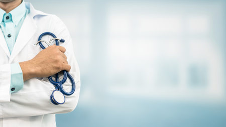 Doctor en el fondo del hospital con espacio de copia. Cuidado de la salud y concepto médico. Foto de archivo