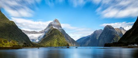 Milford Sound, Nieuw-Zeeland. - Mitre Peak is de iconische mijlpaal van Milford Sound in Fiordland National Park, Zuidereiland van Nieuw-Zeeland, de meest spectaculaire natuurlijke attractie in Nieuw-Zeeland.