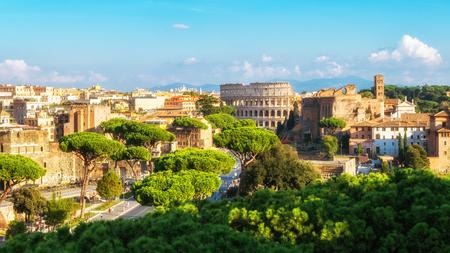 Toits de la ville de Rome, Italie avec des monuments de la Rome antique; Colisée et Forum romain, la célèbre destination touristique de l'Italie.