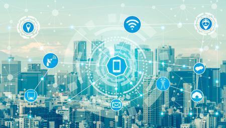 Bezprzewodowa sieć komunikacyjna inteligentnego miasta z grafiką przedstawiającą koncepcję internetu rzeczy (IOT) i technologii informacyjno-komunikacyjnych (ICT) na tle nowoczesnych budynków miejskich. Zdjęcie Seryjne