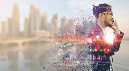 Surreales Bild des Kommunikationskonzepts - Junger Geschäftsmann, der Handy mit modernem Stadtgebäudehintergrund verwendet. Zukünftige Innovationstechnologie und Internet der Dinge (IOT). Standard-Bild