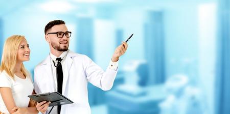 Médico con paciente apuntando al espacio vacío de la copia de su texto. El paciente feliz escucha la explicación del médico. Concepto de atención médica y servicio de personal médico.