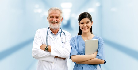 Médico senior que trabaja con un joven médico en el hospital. Personal médico sanitario y servicio médico. Foto de archivo
