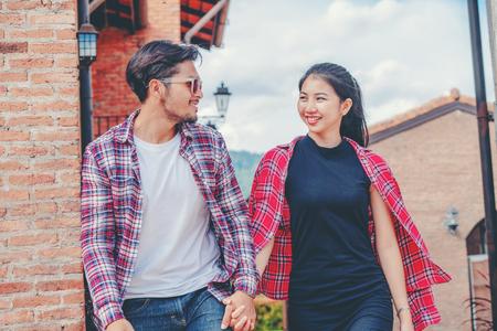 Glückliches junges Paar, das auf die Straße in der Altstadt geht. Reise- und Dating-Konzept.