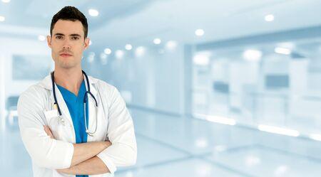 Médico varón joven que trabaja en el hospital. Servicio médico asistencial y personal médico. Foto de archivo