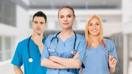 Menschengruppe im Gesundheitswesen. Professioneller Arzt, der im Krankenhausbüro oder in der Klinik mit anderen Ärzten, Krankenschwestern und Chirurgen arbeitet. Medizintechnisches Forschungsinstitut und Servicekonzept für Arztpersonal. Standard-Bild