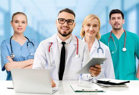 Grupo de personas sanitarias. Médico profesional que trabaja en la oficina del hospital o clínica con otros médicos, enfermeras y cirujanos. Instituto de investigación de tecnología médica y concepto de servicio de personal médico. Foto de archivo