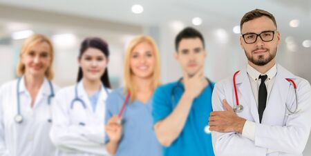 Grupa ludzi opieki zdrowotnej. Profesjonalny lekarz pracujący w gabinecie szpitalnym lub klinice z innymi lekarzami, pielęgniarką i chirurgiem. Instytut badań technologii medycznej i koncepcja obsługi personelu lekarza.