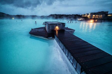 Reykjavik, Island - 4. Juli 2018: Schönes geothermisches Spa-Pool in der Blauen Lagune in Reykjavik. Das geothermische Spa Blue Lagoon ist eine der meistbesuchten Attraktionen Islands. Editorial