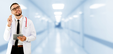Doctor using tablet computer at the hospital. Medical healthcare and doctor staff service. 免版税图像