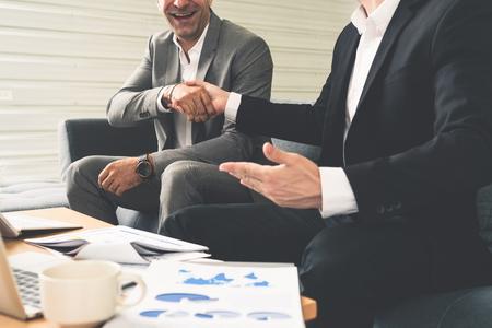 Poignée de main d'homme d'affaires avec un autre partenaire d'homme d'affaires dans un bureau de travail moderne. Concept d'affaires d'entreprise de personnes.