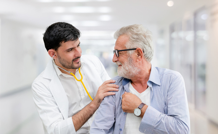 El paciente visita al médico en el hospital. Concepto de atención médica y servicio de personal médico.