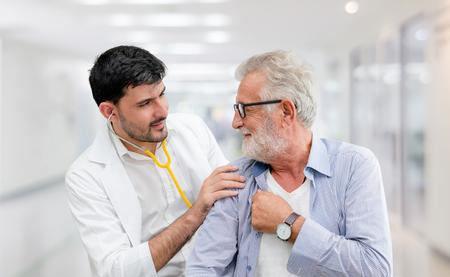 Il paziente visita il medico in ospedale. Concetto di assistenza sanitaria medica e servizio di personale medico.