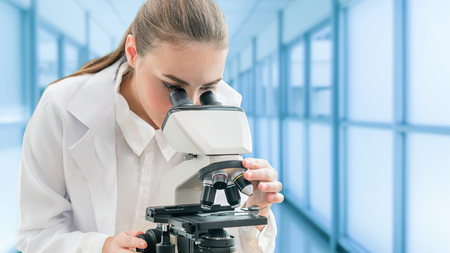 Scientist researcher using microscope in laboratory. Medical healthcare technology and pharmaceutical research and development concept. Banque d'images