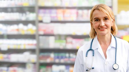 Farmacéutico de la mujer mayor que trabaja en la farmacia. Servicio médico sanitario y de medicina. Foto de archivo