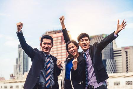 Empresarios y empresaria felices celebran el éxito en el logro de la tarea del proyecto. Concepto de negocio ganador y victoria.