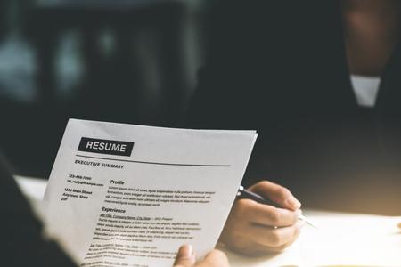 Le responsable du service des ressources humaines lit le CV d'un candidat employé dans la salle d'entretien. Concept de demande d'emploi, de recrutement et d'embauche de main-d'œuvre.