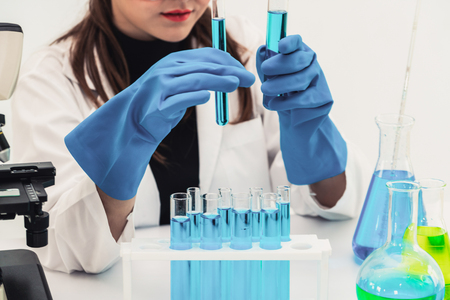 Young woman scientist working in chemical laboratory and examining biochemistry lab sample. Banque d'images - 119963558