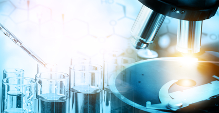 Concetto di ricerca e sviluppo. Immagine a doppia esposizione dello strumento di laboratorio scientifico e medico