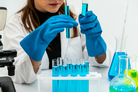 Young woman scientist working in chemical laboratory and examining biochemistry lab sample. Banque d'images - 119875243