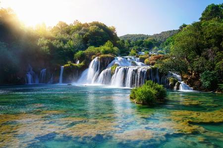 Paisaje panorámico de las cascadas de Krka en el río Krka en el parque nacional de Krka en Croacia. Foto de archivo