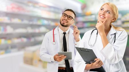 Artsen in het ziekenhuis werken met partner. Medische zorg en doktersdiensten. Stockfoto