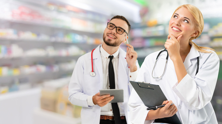 Doctores en el hospital trabajando con pareja. Servicios médicos y de atención médica. Foto de archivo