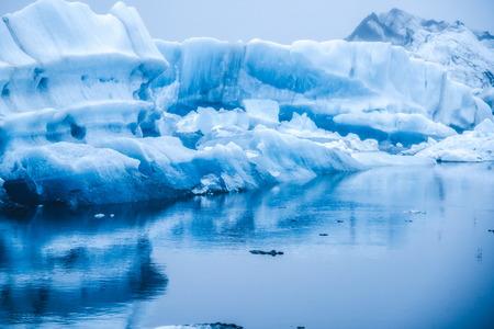 Eisberge in der schönen Gletscherlagune Jökulsárlón in Island. Jokulsarlon ist ein berühmtes Reiseziel im Vatnajökull-Nationalpark im Südosten Islands, Europa. Winterlandschaft.