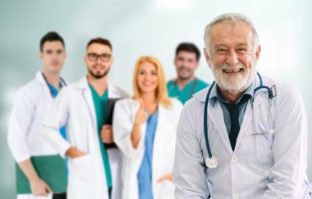 Grupa ludzi opieki zdrowotnej. Profesjonalny lekarz pracujący w gabinecie szpitalnym lub klinice z innymi lekarzami, pielęgniarką i chirurgiem. Instytut badań technologii medycznej i koncepcja obsługi personelu lekarza. Zdjęcie Seryjne