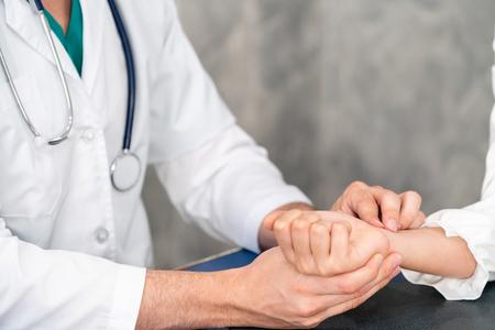 Joven médico examinando a la paciente en la oficina del hospital. Concepto de servicio de atención médica y personal médico.