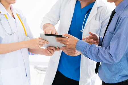 Reunión de científicos y grupos de personas de la salud. Médico profesional que trabaja en la oficina del hospital con otros médicos, enfermeras y empresarios. Concepto de seguro médico del instituto de investigación de tecnología médica.
