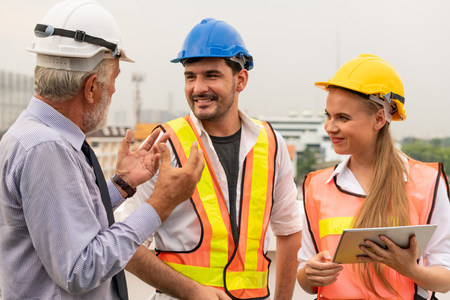 Ingenieur, Architekt und Geschäftsmann, der an dem Ingenieurprojekt auf der Baustelle arbeitet. Hausbaukonzept.