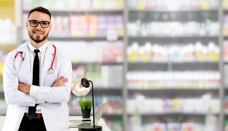 Knappe arts die in het ziekenhuiskantoor staat en naar de camera kijkt. Medische gezondheidszorg en dokterspersoneel.