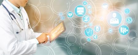 Zorgverzekeringsconcept - Arts in het ziekenhuis met een aan ziektekostenverzekering gerelateerde pictogram grafische interface die mensen in de gezondheidszorg, geldplanning, risicobeheer, medische behandeling en dekkingsvoordeel toont.