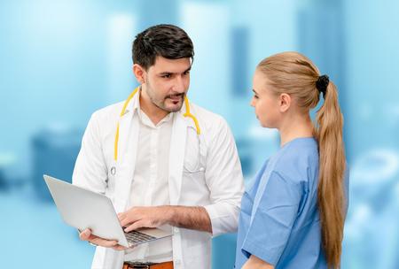 Ärzte im Krankenhausbüro arbeiten mit einem anderen Arzt zusammen. Gesundheitswesen und medizinische Dienstleistungen. Standard-Bild