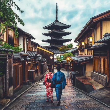 Kyoto, Japan Cultuurreizen - Aziatische reiziger die traditionele Japanse kimono draagt die in Higashiyama-district in de oude stad van Kyoto, Japan loopt. Stockfoto