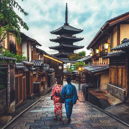 Kyoto, Japon Culture Travel - Voyageur asiatique portant un kimono japonais traditionnel marchant dans le quartier de Higashiyama dans la vieille ville de Kyoto, au Japon. Banque d'images